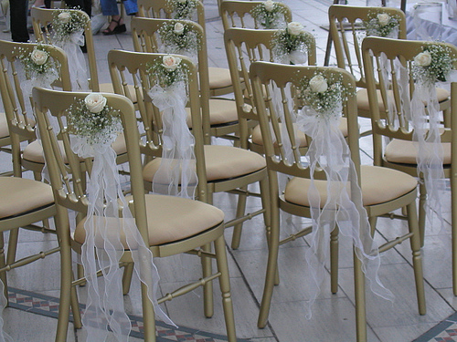 Gorgeous outdoor decorations make your wedding a success for Decorating chairs for wedding reception